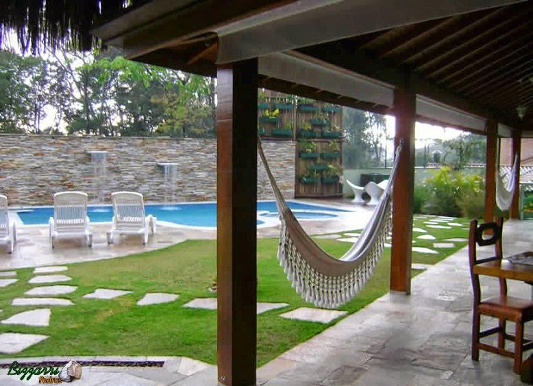 Da construção da residência até a construção da piscina executamos os caminho de pedra Goiás assentada com junta de grama entre as pedras e o gramado com grama esmeralda.