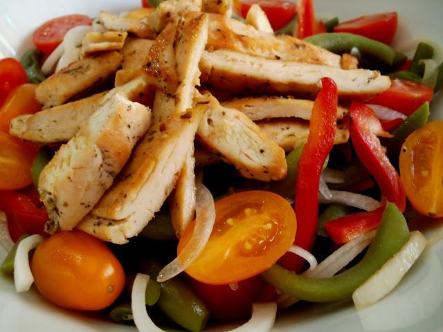 Ensalada de judías (habichuelas) verdes con pollo y tomates cherry