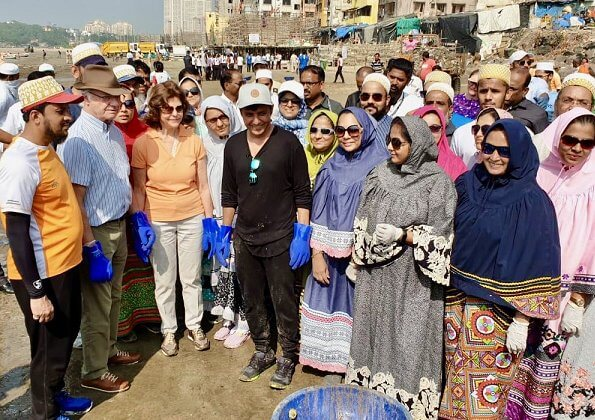 King and Queen participated in the world's largest beach cleanup project with the initiator and volunteers on the Versova beach