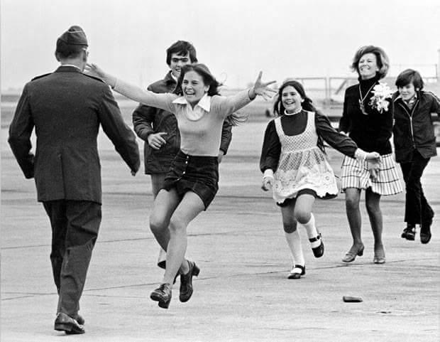 Tenente-Coronel Stirm reencontra sua família após ter sido liberado pelos Vietnamitas do Norte