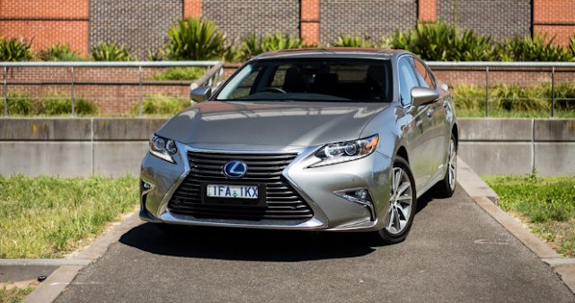 2017 Lexus ES300h Hybrid Review