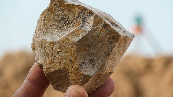Investigadores han excavado núcleos de piedra como este que los primeros ancestros humanos usaron para extraer afiladas lascas. Foto: M. SAHNOUNI