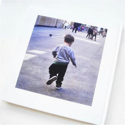 contraportada de Álbum digital, niño (pixelillo) de espaldas corriendo