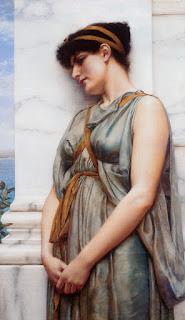 Γυναίκα ακουμπάει σε μαρμάρινη κολόνα.