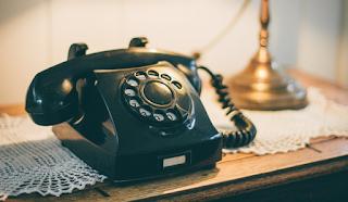 Ένα αγόρι προσπαθεί να πάρει τηλέφωνο από παλιά σταθερή συσκευή. Όταν δείτε τι κάνει, θα γελάσετε με την καρδιά σας!