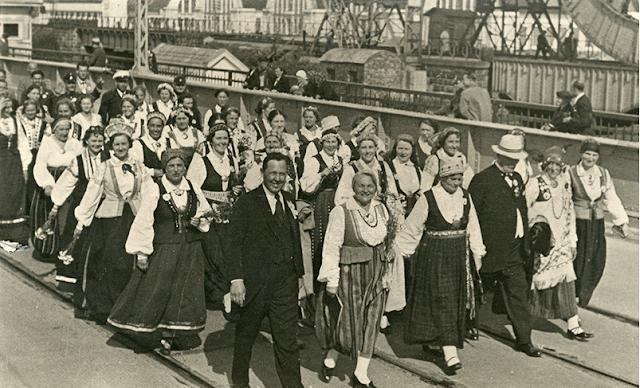 Lejasciema kora dziedātāji IX Vispārējo latviešu Dziesmu svētku gājienā. 1938. gada 18. jūnijs. Fotogrāfs A.Ozoliņš. LNVM krājums