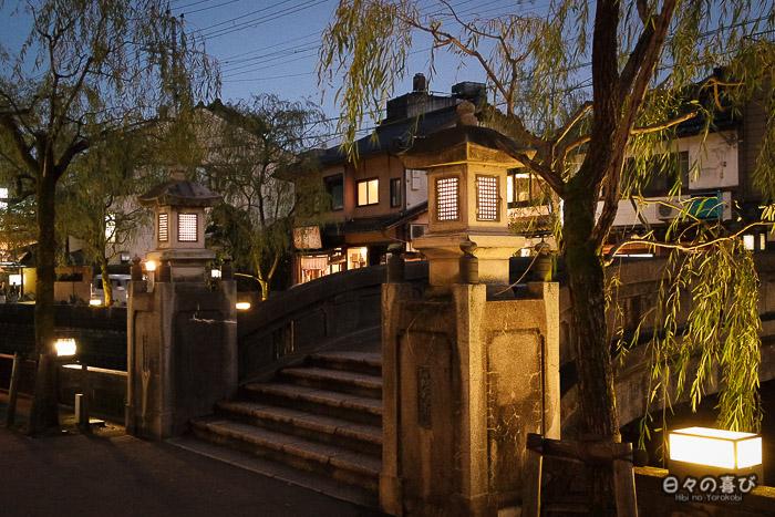 saules et lanternes au crépuscule sur le canal de Kinosaki