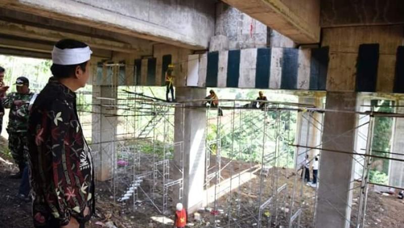 Bupati Dedi Mulyadi memperhatikan proses perbaikan Jembata Cisomang