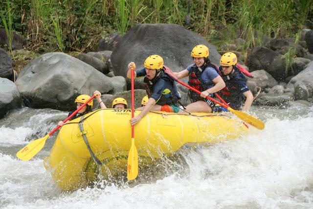 Pegando saltos durante el rafting