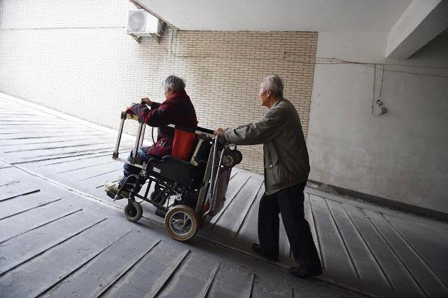 Ông lão chế xe lăn đôi để luôn ở bên vợ