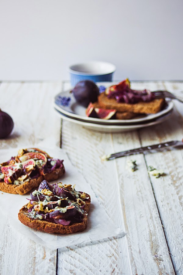 Fig, Caramelized Onion & Blue Cheese Microwave Tartines : This is a Sweet Blog