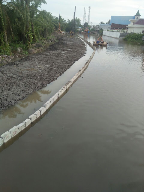 Proyek Penanggulangan Banjir Sungai Asahan 3 di Pulau Simardan, Kota Tanjungbalai dinilai justru mempersempit alur sungai, Jumat (13/7)