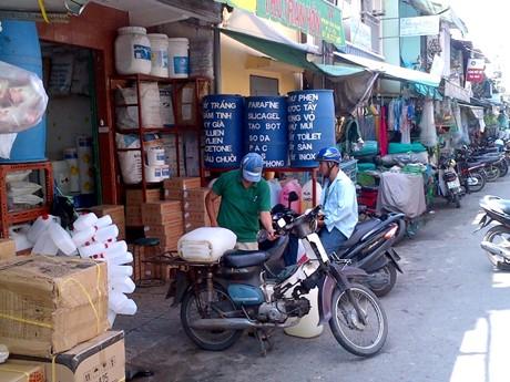 Hóa chất được bán tràn lan tại chợ Kim Biên (Phường 13, Quận 5, TPHCM). Ảnh: VGP/Đỗ Cường