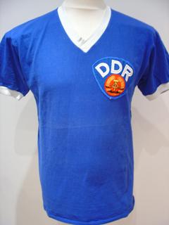 484fa14798 Seu uniforme principal consistia em camisa e meiões brancos e calças e  detalhes da camisa em azul  a combinação contrária consistia no uniforme  reserva (que ...