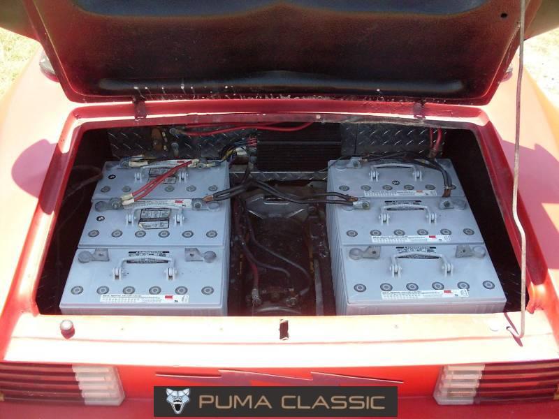 2f5b5a9e0d0 As grandes baterias no compartimento traseiro e o motor elétrico no centro  e ao fundo.