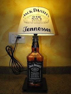 como hacer una lampara genial con una botella de jack daniels reciclada