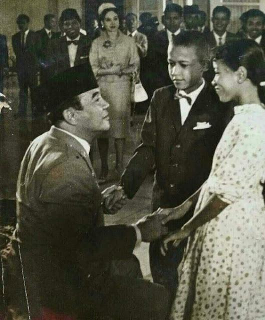 Heboh Foto Obama Kecil Salaman dengan Soekarno, Ternyata Inilah Fakta yang Sebenarnya