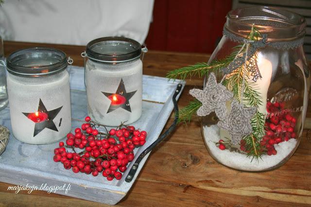 pihlajanmarjoja ja kynttilät
