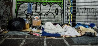Η θλιβερή πλευρά της χιονισμένης Αθήνας -Αστεγοι προσπαθούν να ζεσταθούν σε γωνιές της πόλης