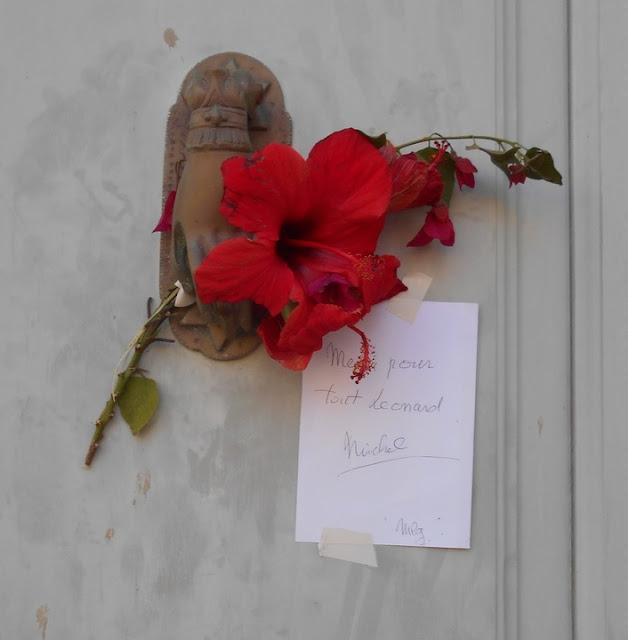 Έξω από το σπίτι του Λέοναρντ Κοέν οι κάτοικοι της Ύδρας άφηνουν λουλούδια