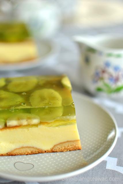Sernik na jogurtach greckich z galaretką i bananami