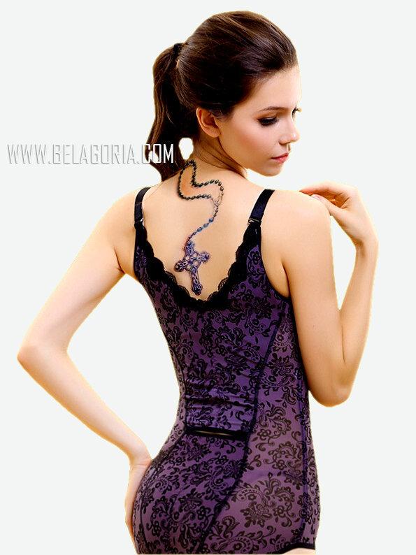 Chica de espaldas vestida con un body, lleva tatuaje de rosario en la nuca