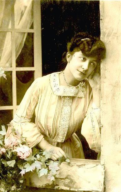 femme à la fenêtre, fleurs