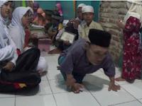 Luar Biasa ! Ustadz Ini Berjalanan Meski Merangkak untuk Mengajarkan Al-Qur'an