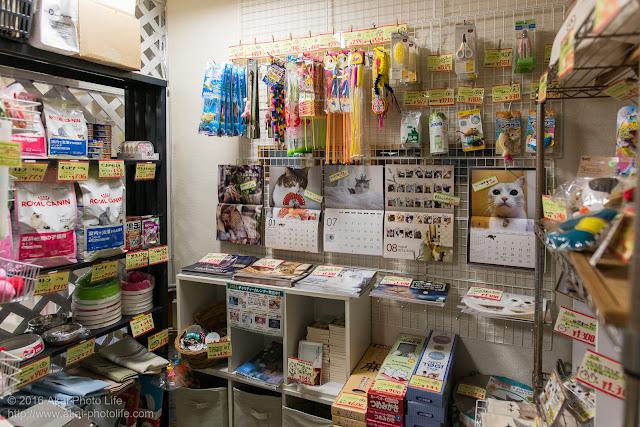猫カフェ 西国分寺シェルターの店内、グッズコーナーを写した写真