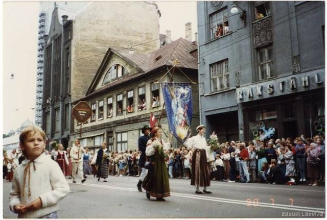 7 июля 1990 года. Рига. XX Латвийский праздник песни. Праздничное шествие по улице Ленина (источник фото: Latvijas Nacionālā bibliotēka)