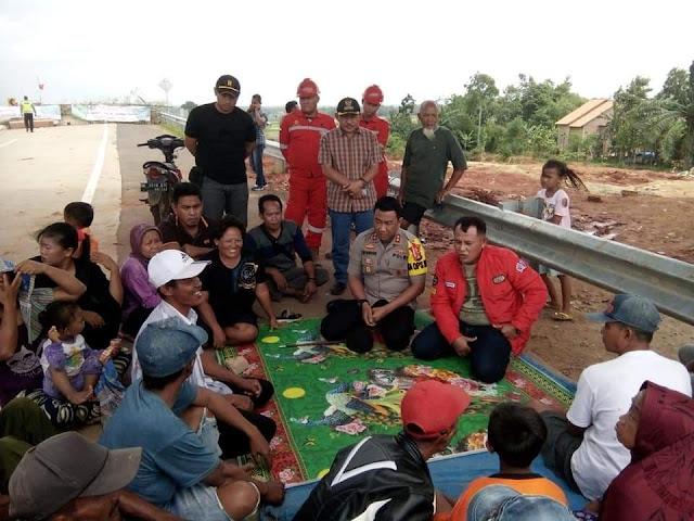 Warga Desa Tanjung Ratu Buka Blokir JTTS KM - 52