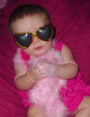 Gambar bayi lucu keren memakai kacamata