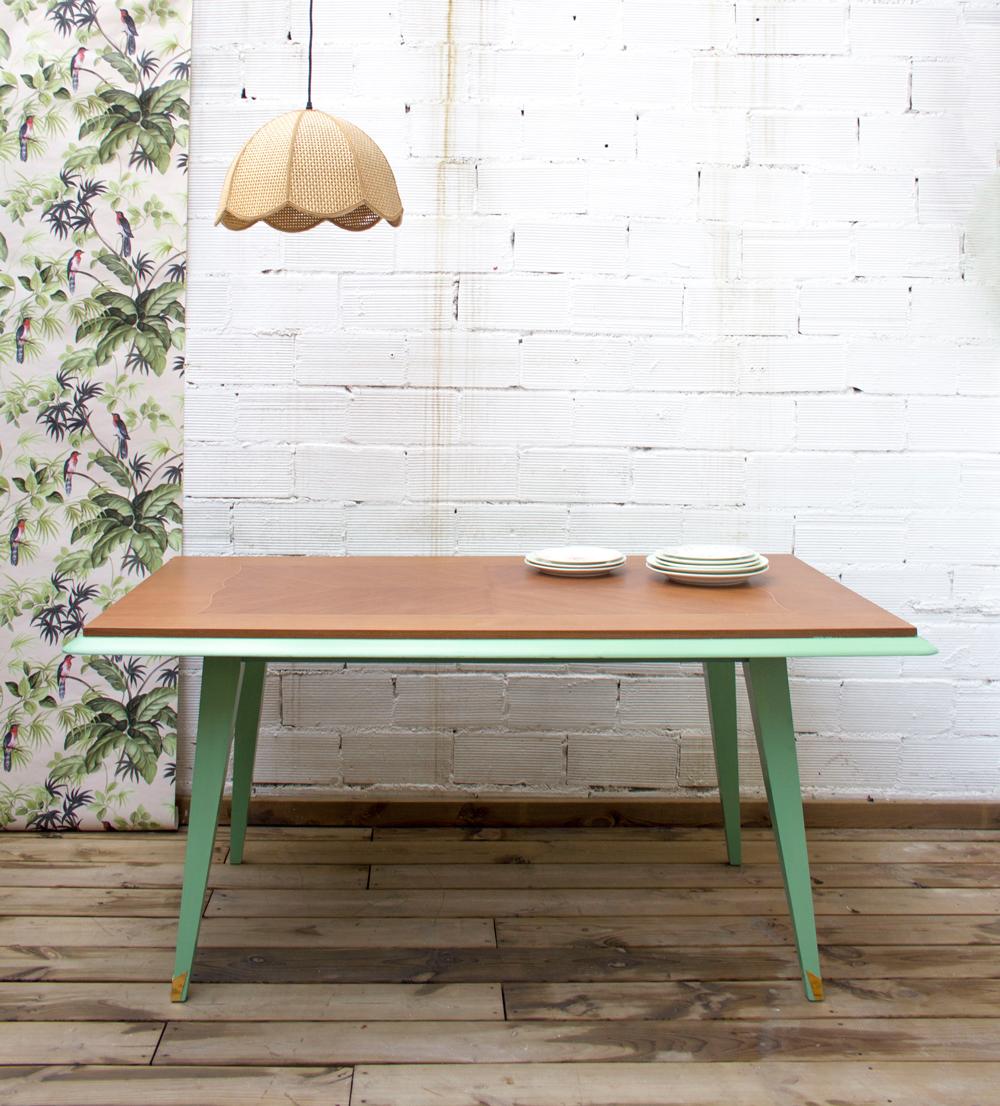 Una mesa de comedor con patas pintadas