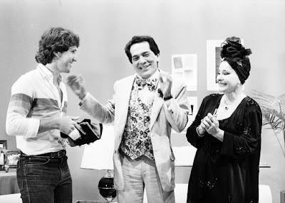 Lúcio Mauro com o jogador Zico e Sônia Mamede em 'Balança Mas Não Cai', onde surgiu a dupla de personagens Fernandinho e Ofélia, em 1968 — Foto: Acervo TV Globo