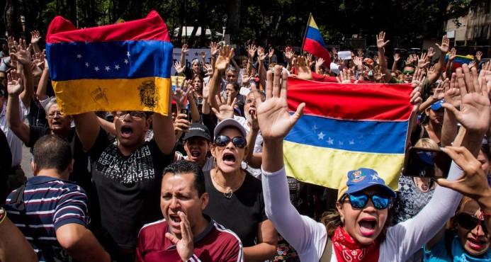 Un grupo de madres opositoras protesta frente a sede militar en Caracas
