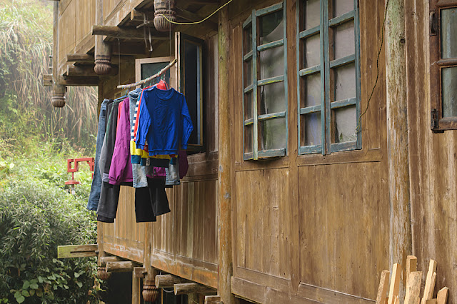 Linge mis à sécher à la fenêtre d'une maison à Ping'an