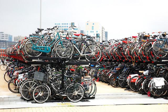 rowery w centrum miasta co warto zobaczyć w Amsterdamie?