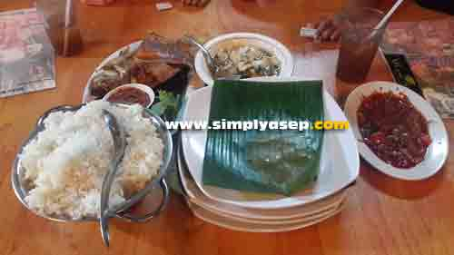 PAKET BER-4 :  Paket ber-4 di Rumah Makan Ulam Singkil ini memang sudah pas untuk disantap 4 orang. Foto Asep Haryono