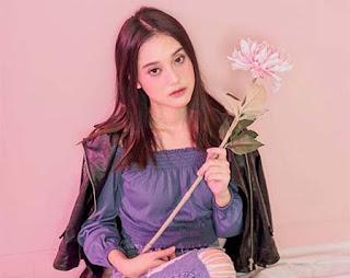 Esta Pramanita Bawa Bunga