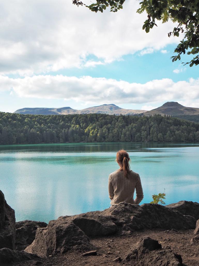 Vue sur le lac Pavin dans le massif du Sancy
