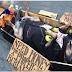 """Perro se hace el """"muerto"""" para pedir limosna y es viral mundial - VIDEO"""