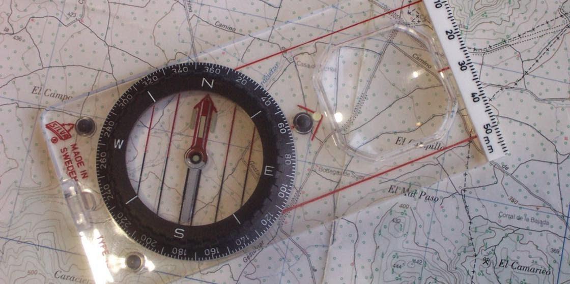 Brujula y mapa en geologia