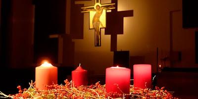 imagem da coroa do Advento e Jesus na Cruz