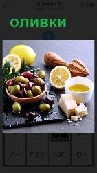 на столе чашка с оливками
