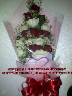rangkaian bunga tangan mawar merah dan putih