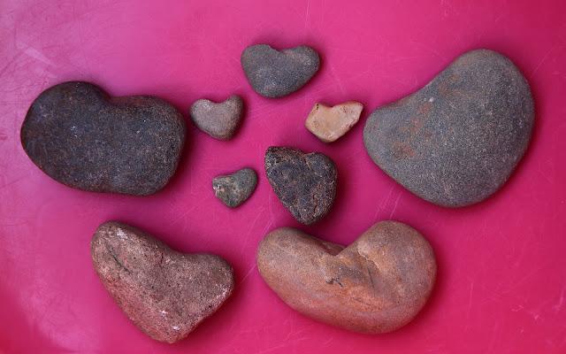 Foto met stenen die op hartjes lijken