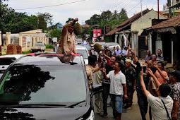 Sambut Prabowo Subianto, Warga Kota Serang Bagi Buah Durian