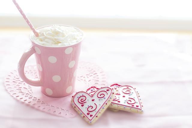 galletas forma de corazón y taza con nata montada