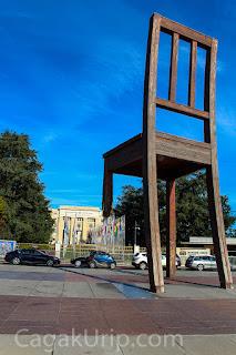 """The """"3 legged chair"""" di depan kantor PBB (UN)"""