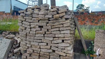 Folhetinhas de pedra paralelepípedo para construção de pontes de pedra na ilha do lago.